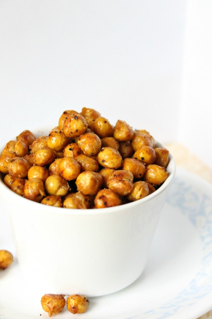 These spicy roasted chickpeas are a delicious and healthy snack. Made with just a few simple ingredients, this incredibly easy snack is packed with flavor!