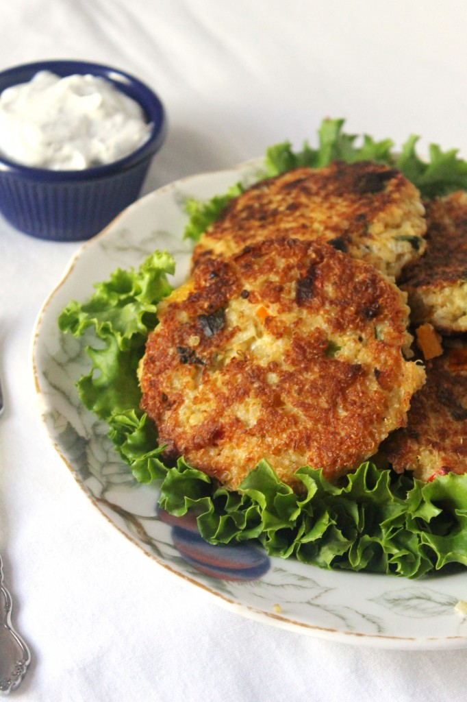 Crispy Quinoa Patties with Dill Greek Yogurt Dip | Natural Chow | http://naturalchow.com
