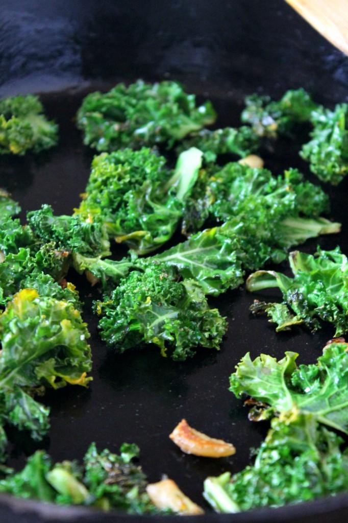 One-Pan Jalapeño Kale & Roasted Garlic Egg Scramble | Natural Chow #breakfast #kale #healthy via @margaretdarazs http://naturalchow.com