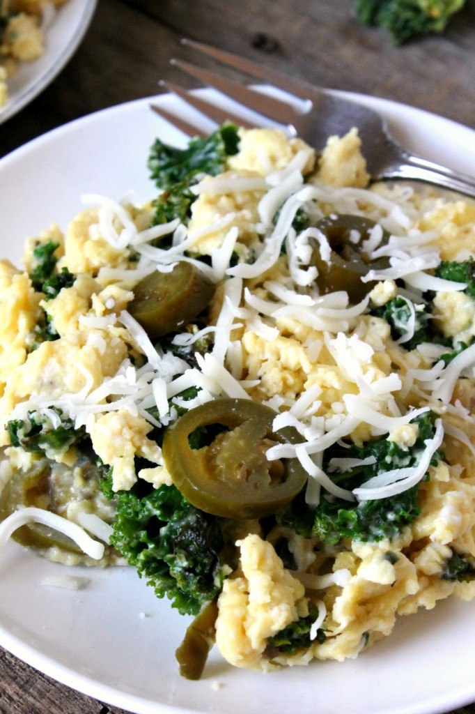 One-Pan Jalapeño Kale & Roasted Garlic Egg Scramble | Natural Chow #breakfast #kale #healthy via @margaretdarazs http://naturalchow.com