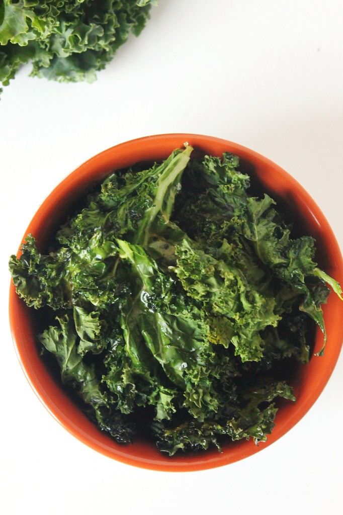 Crispy Kale Chips | Natural Chow #kale #healthy #snacks #vegan via @margaretdarazs http://naturalchow.com