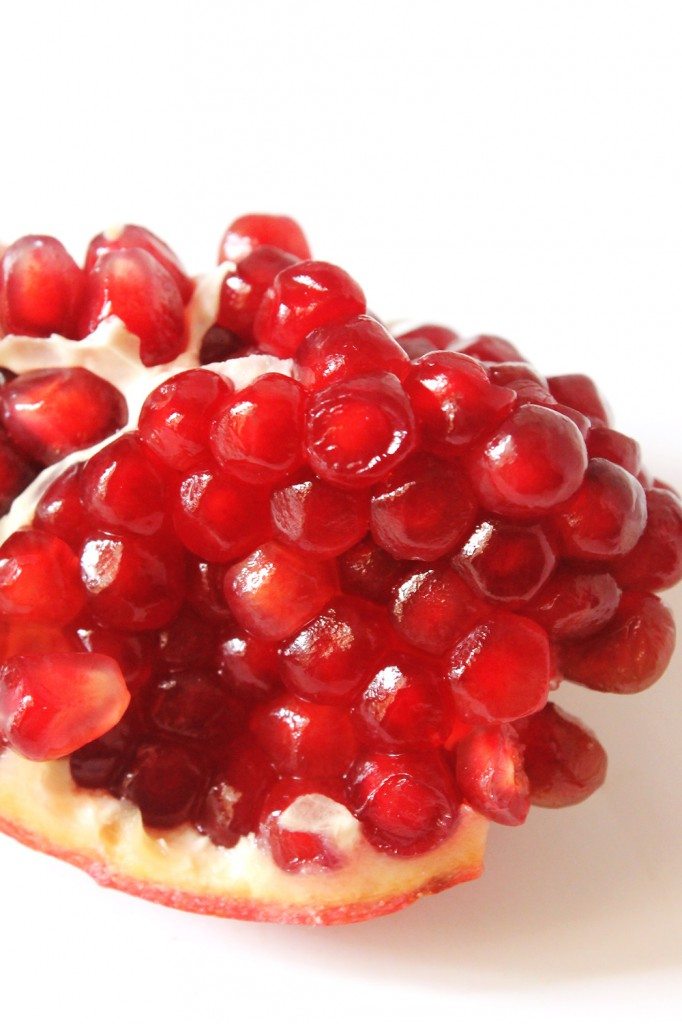 How to Deseed a Pomegranate (Perfectly Every Time!) // Natural Chow // http://naturalchow.com