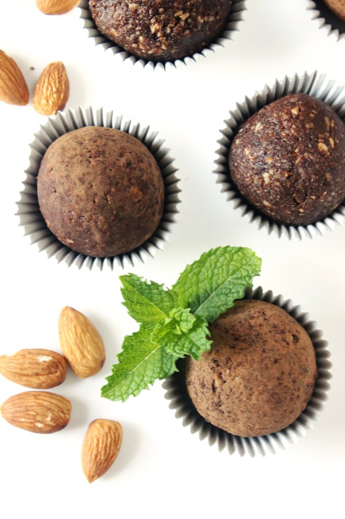 These mint chocolate almond energy bites are a great way to refuel after a long day at work or an intense workout. Bursting with mint chocolate flavor and naturally sweetened, you're sure to love this raw, indulgent treat!